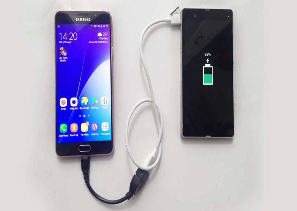 how to charge phone to phone 1024x728 - USB OTG رابط بین دو گوشی؛7 کاربردی که نمیدانستید!